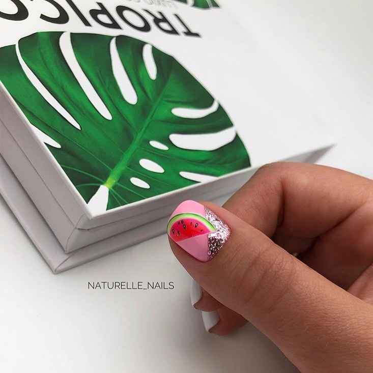 Необычный маникюр на короткие ногти фото_23
