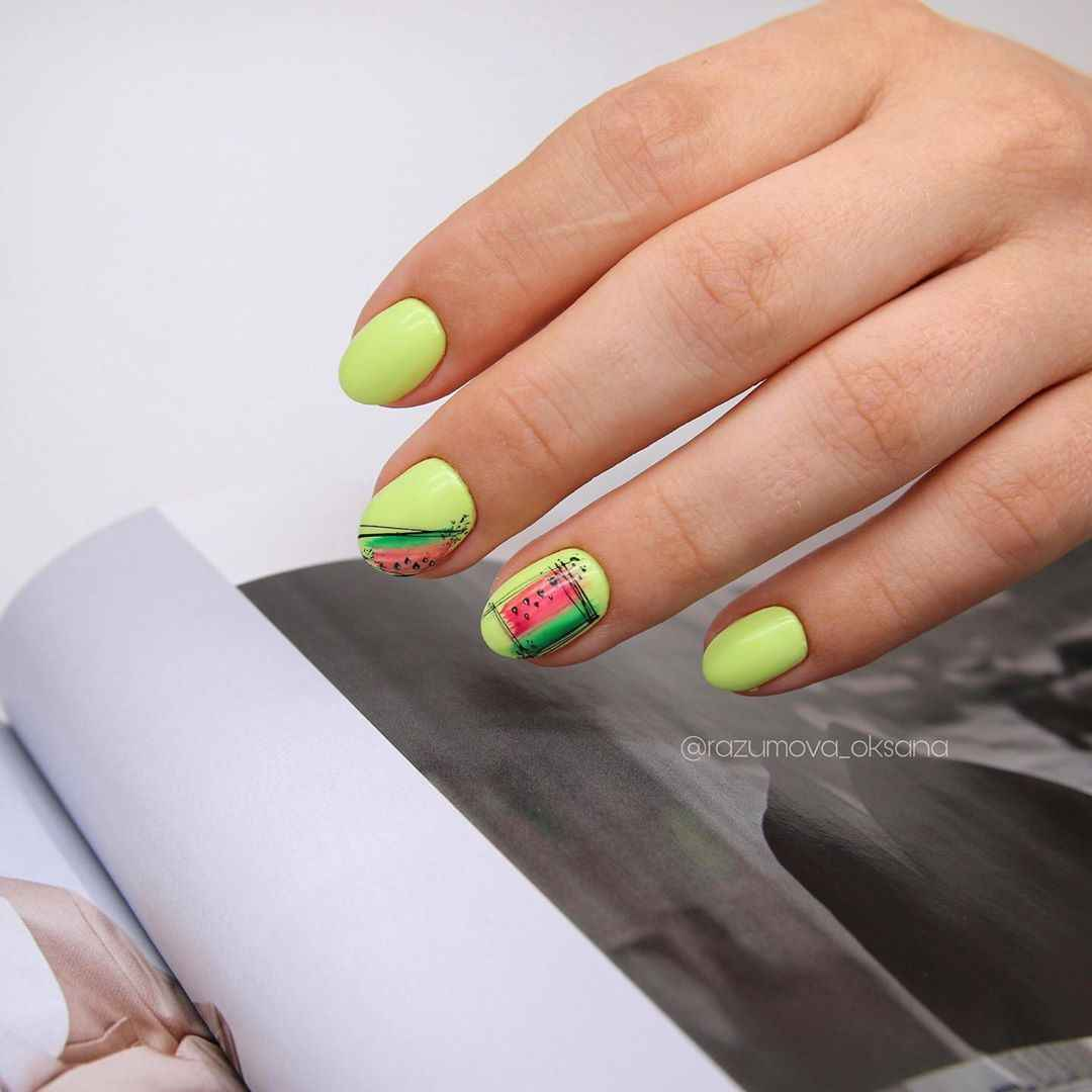 Необычный маникюр на короткие ногти фото_41