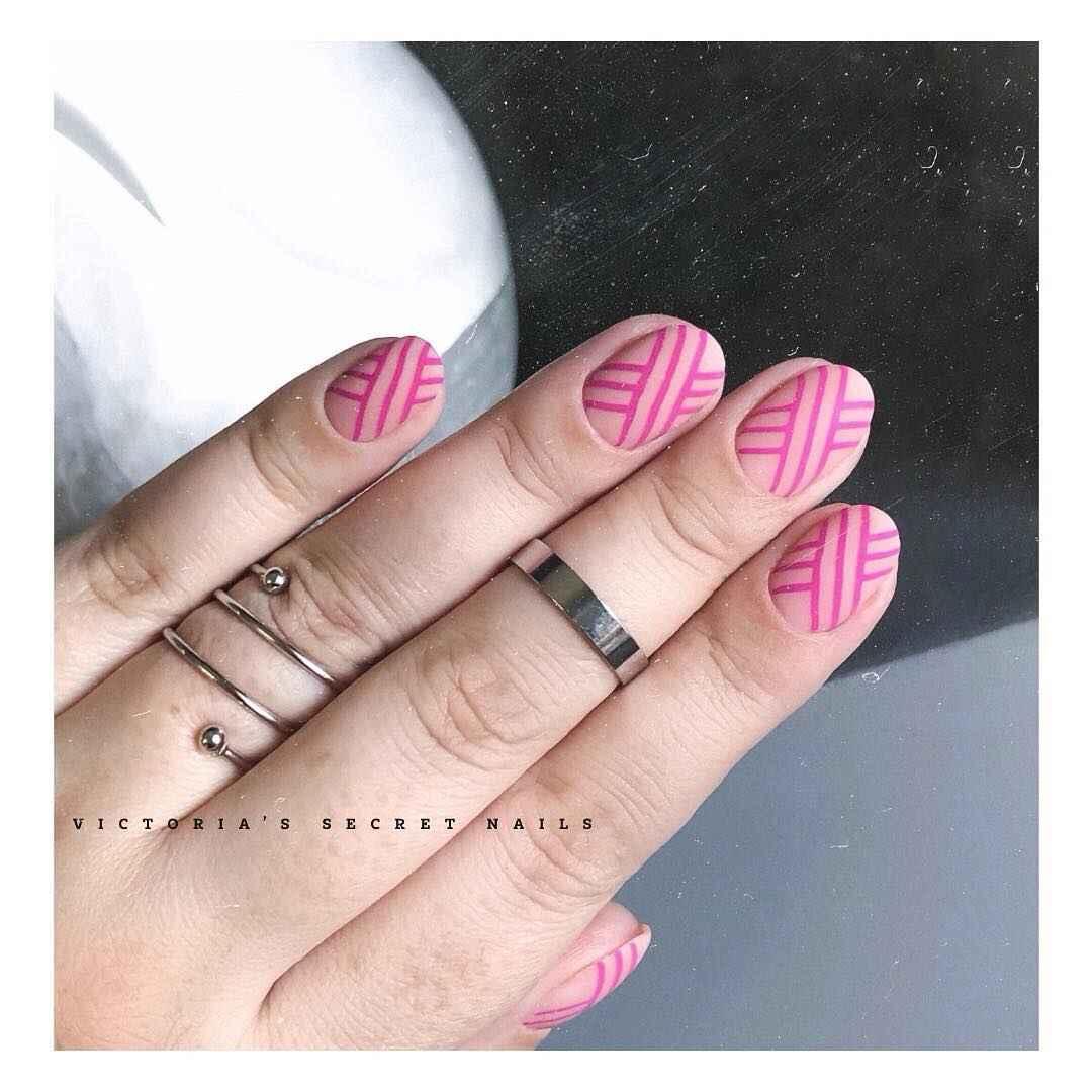 Необычный маникюр на короткие ногти фото_3
