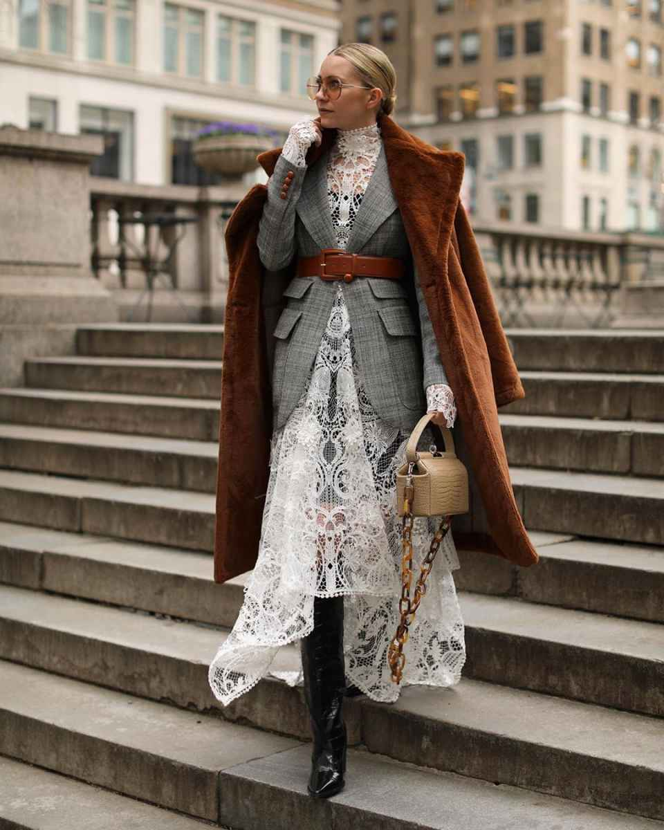 С чем носить коричневое пальто фото идеи_12