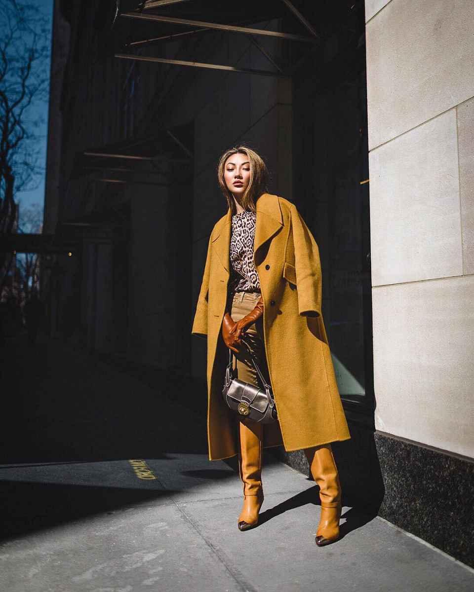 С чем носить коричневое пальто фото идеи_16