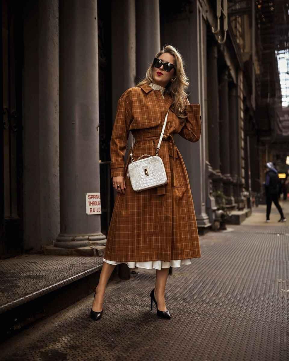 С чем носить коричневое пальто фото идеи_33