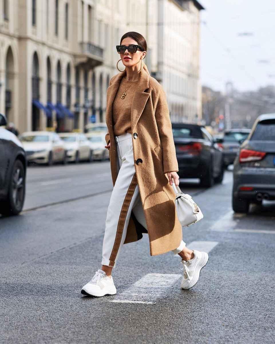 С чем носить коричневое пальто фото идеи_23