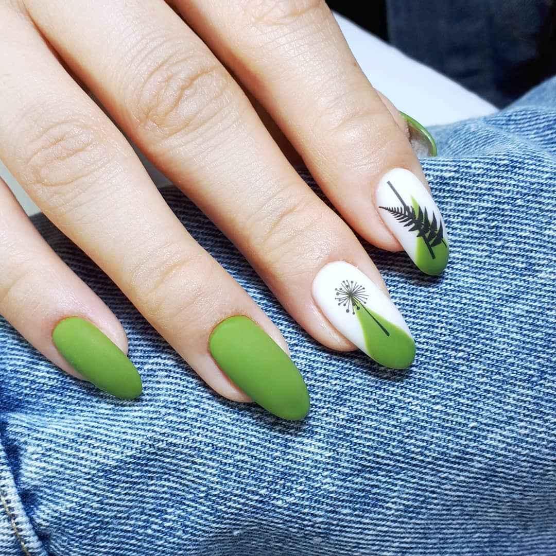 Зеленый френч на ногтях фото_48