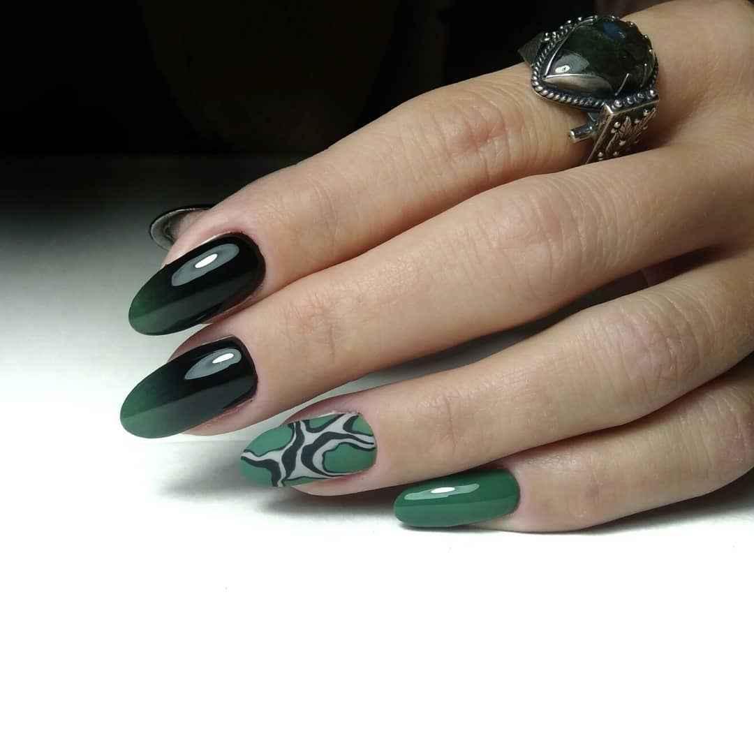 Зеленый френч на ногтях фото_37