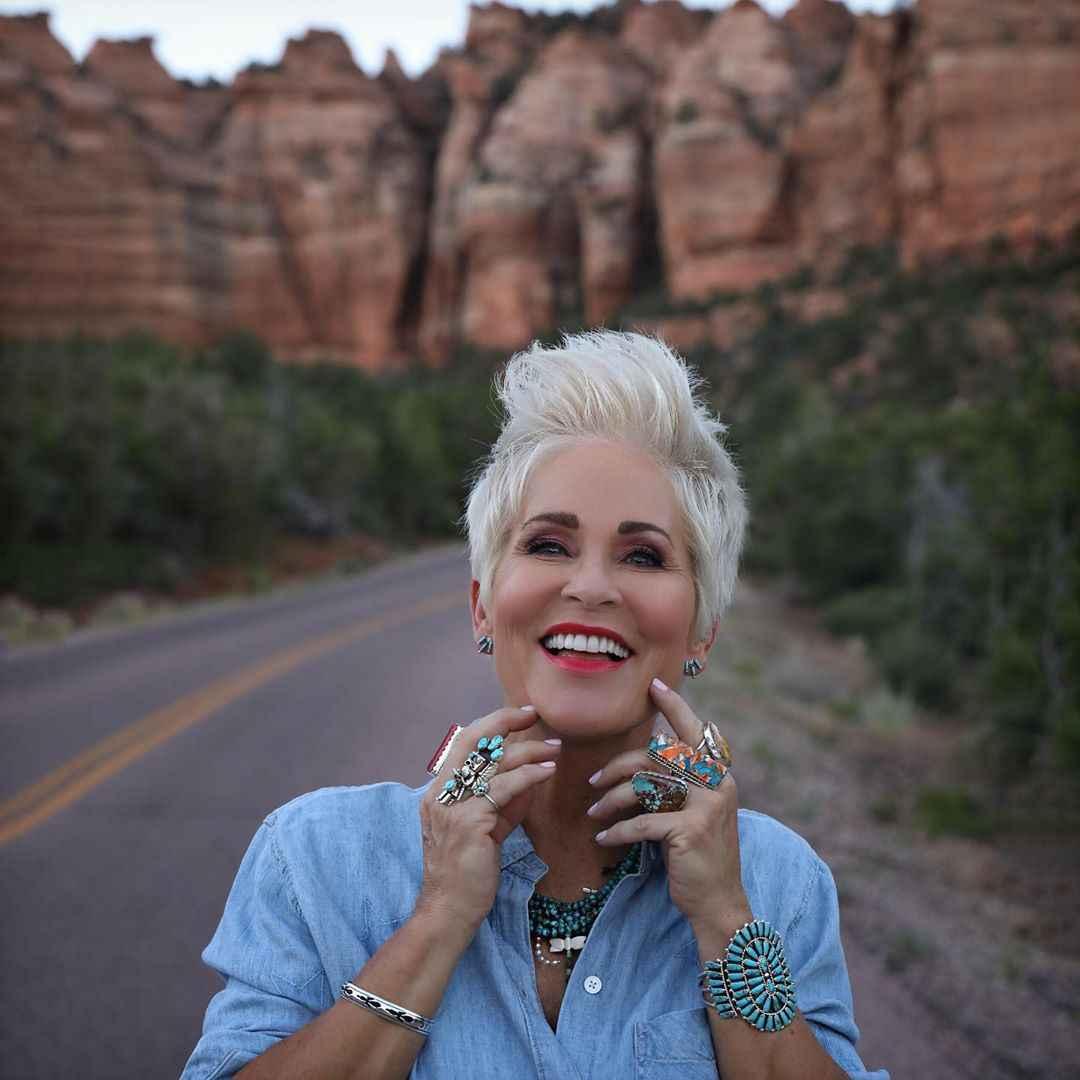 Стрижки для женщин 60 лет с круглым лицом фото_6
