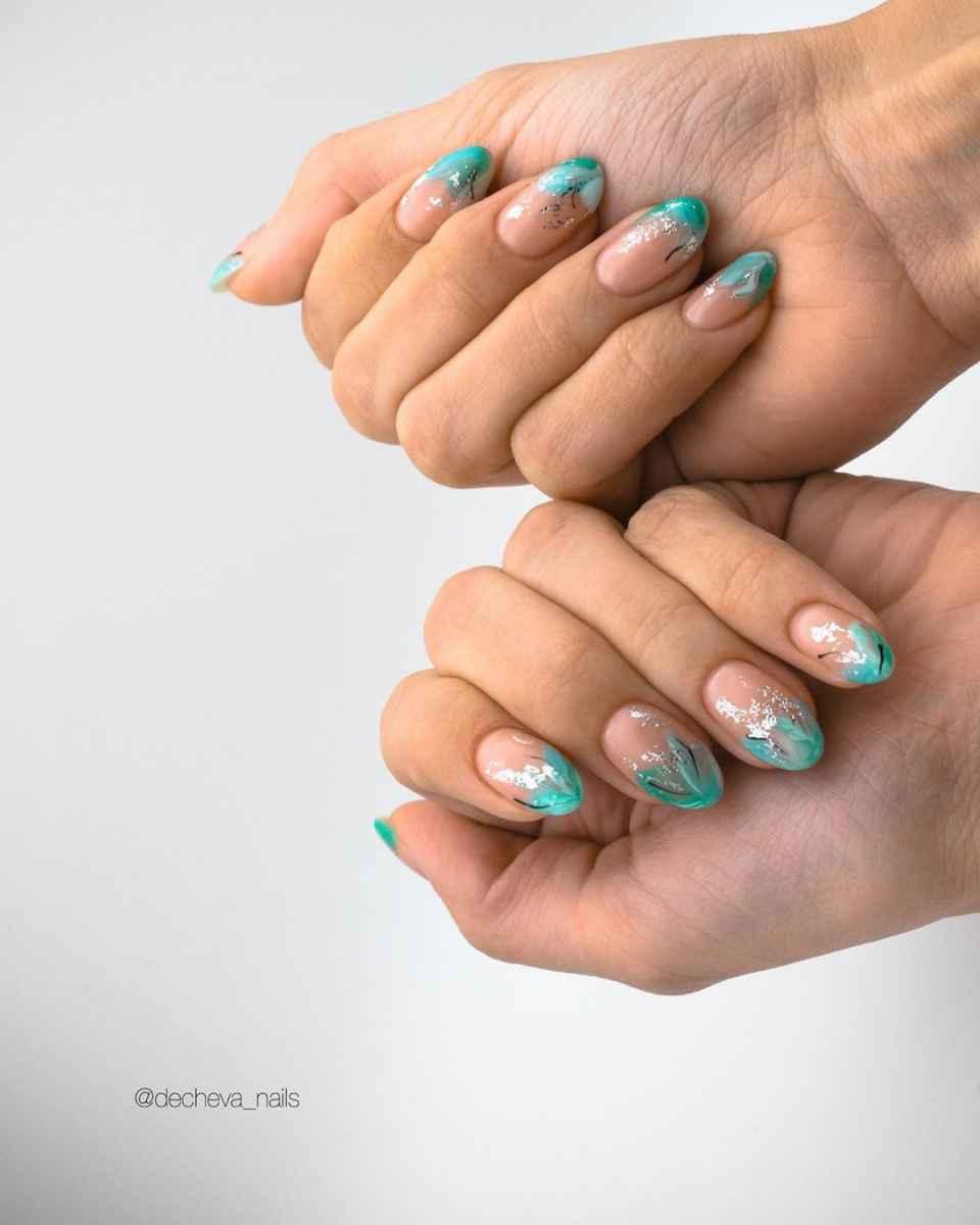Зеленый френч на ногтях фото_9