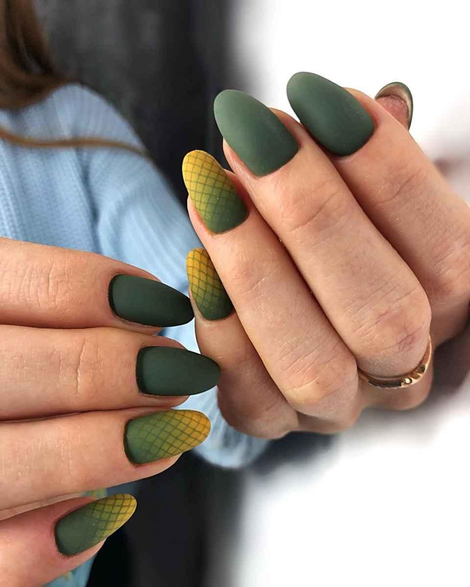 Зеленый френч на ногтях фото_26