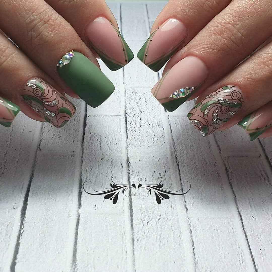 Зеленый френч на ногтях фото_11