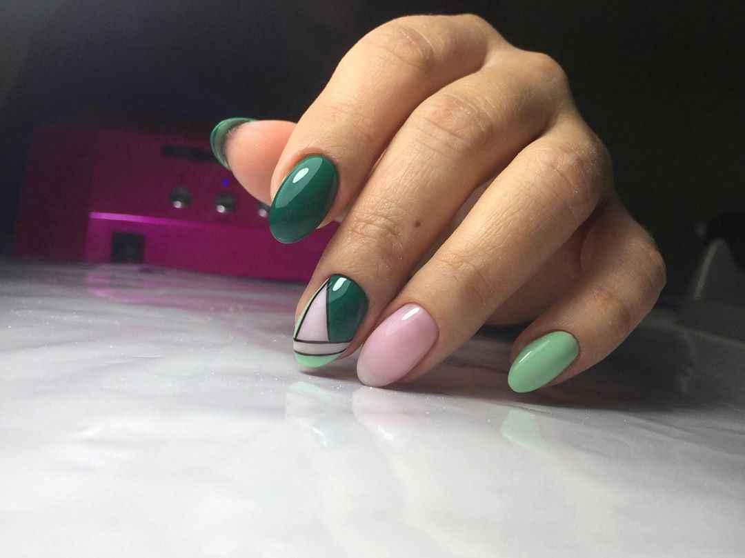 Зеленый френч на ногтях фото_6