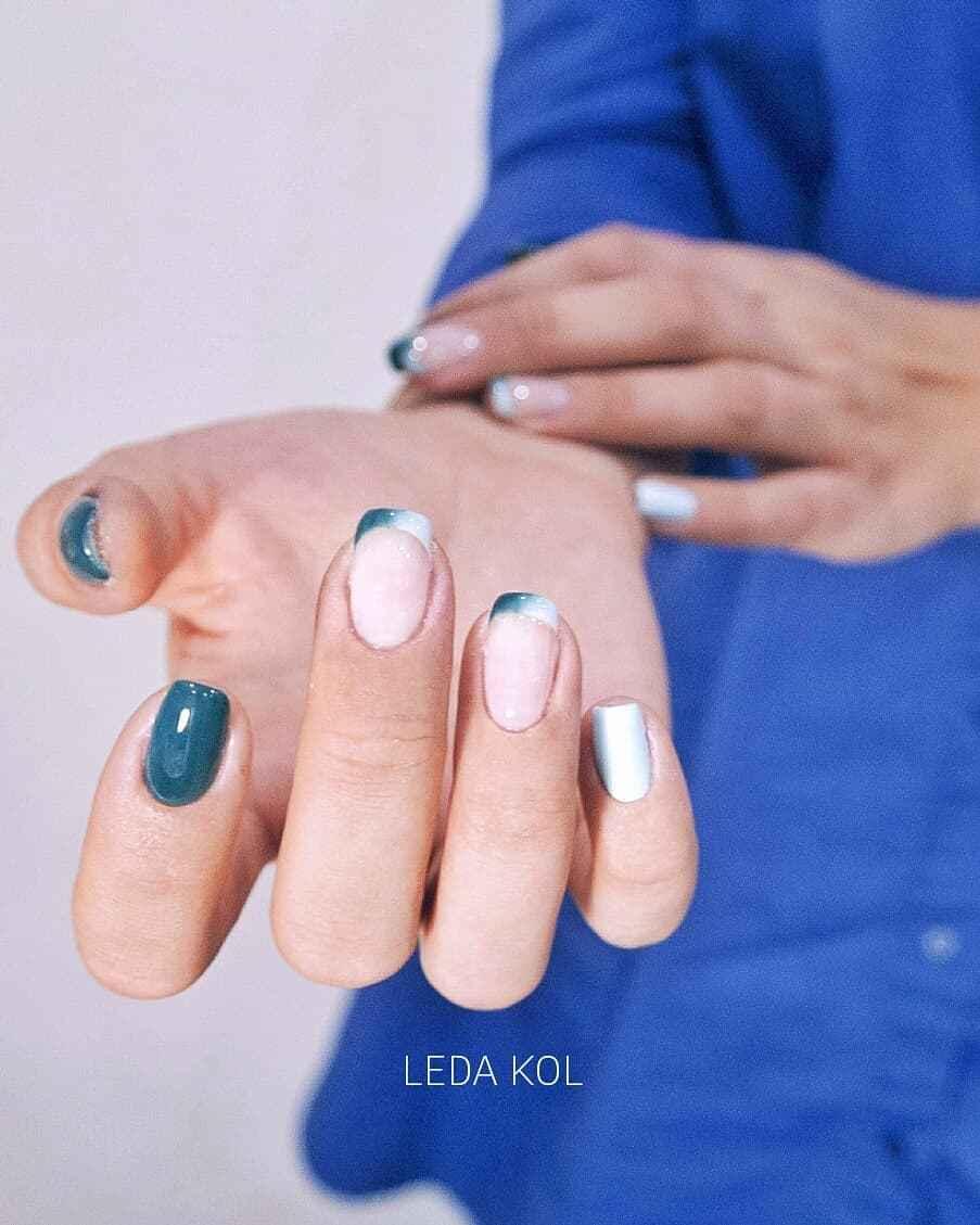 Зеленый френч на ногтях фото_18