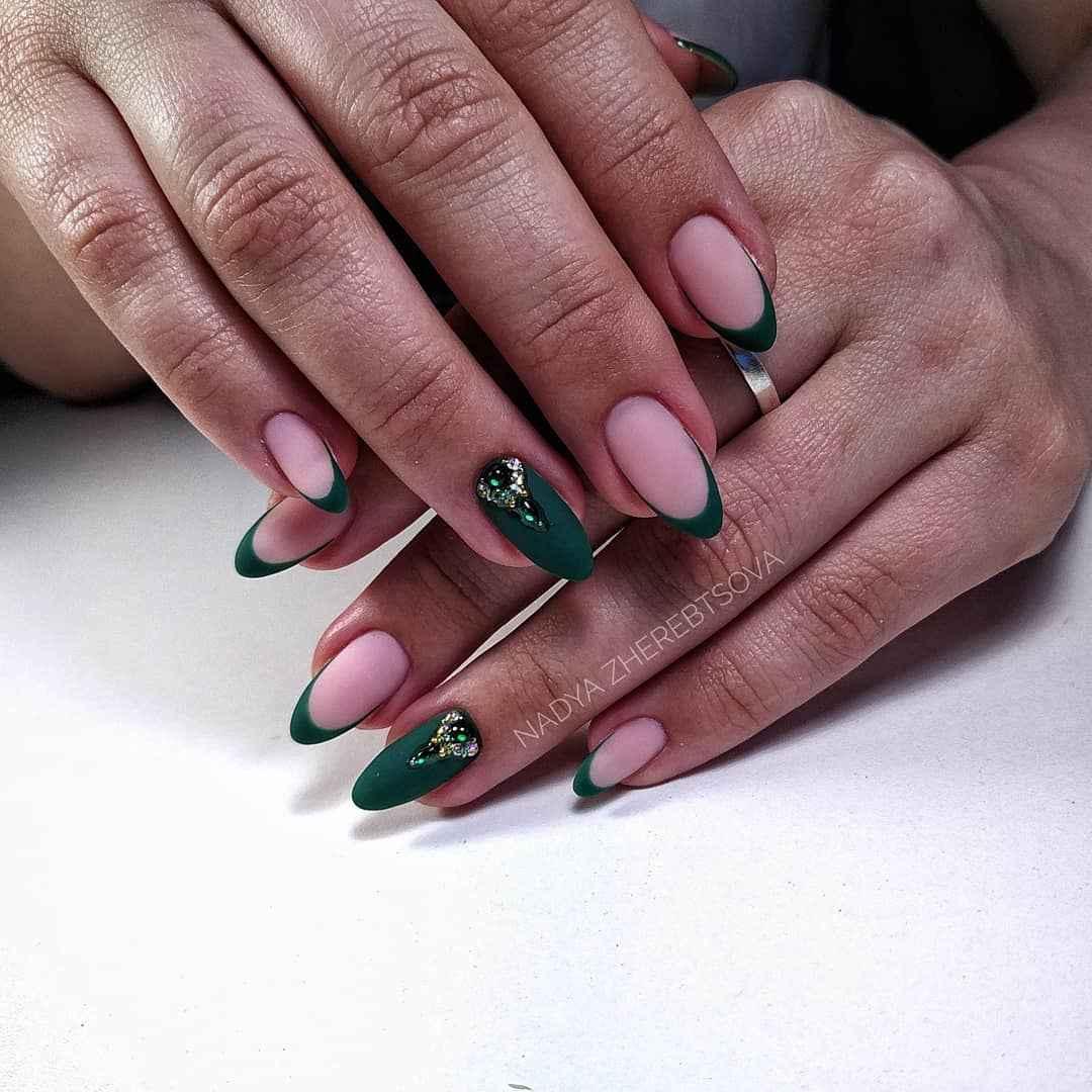 Зеленый френч на ногтях фото_35