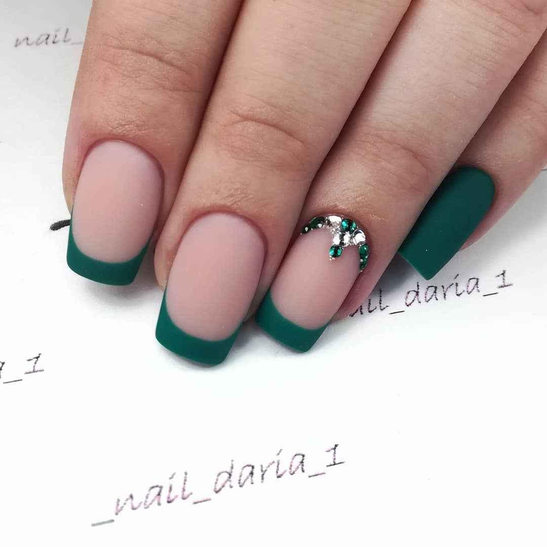 Зеленый френч на ногтях фото_49