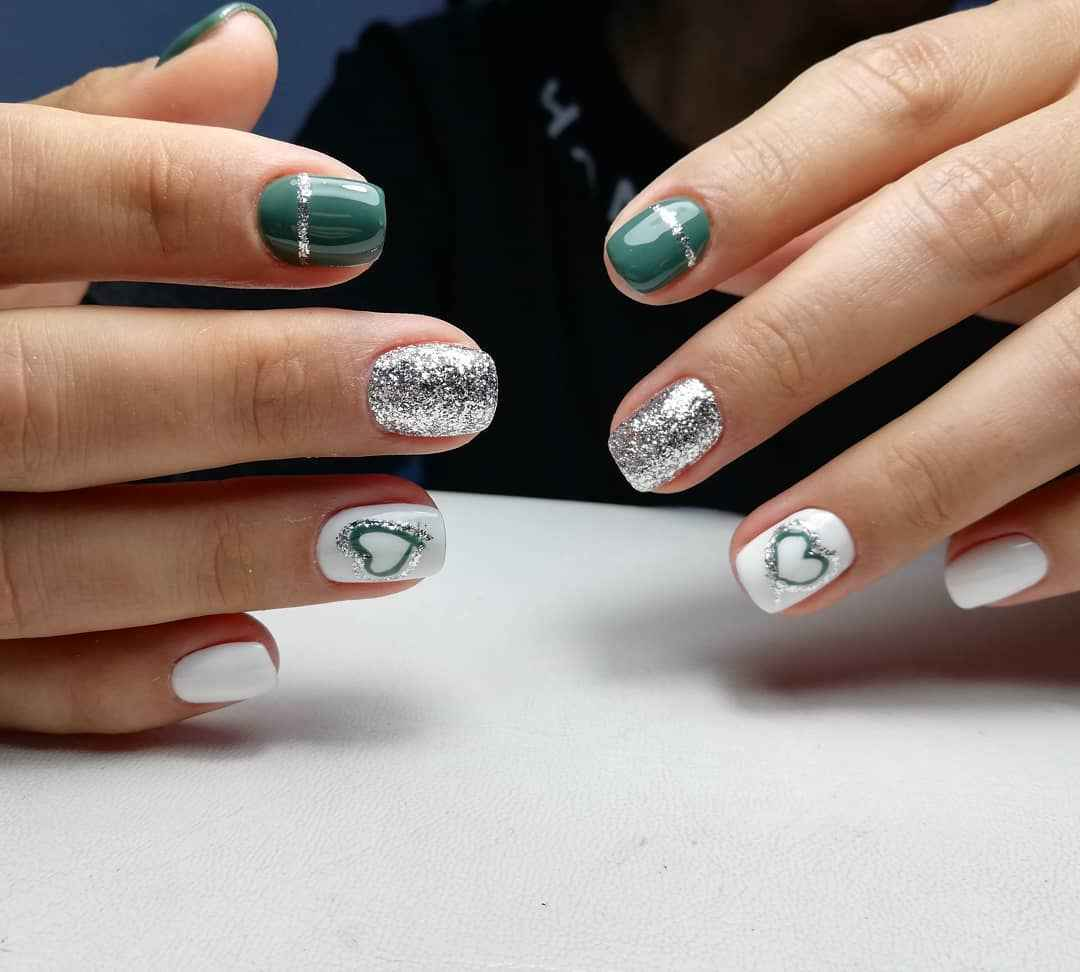 Зеленый френч на ногтях фото_34