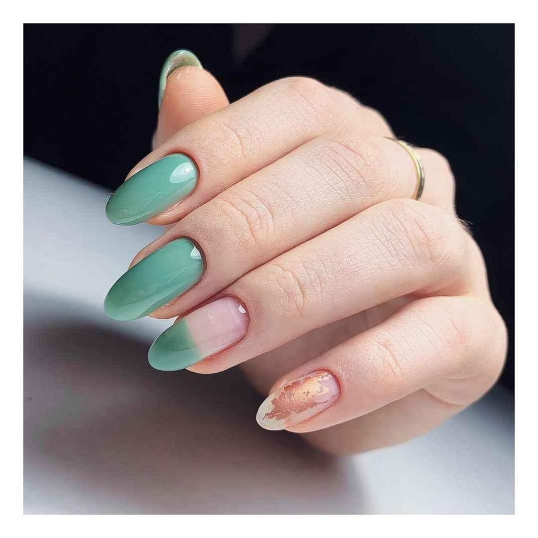 Зеленый френч на ногтях фото_15