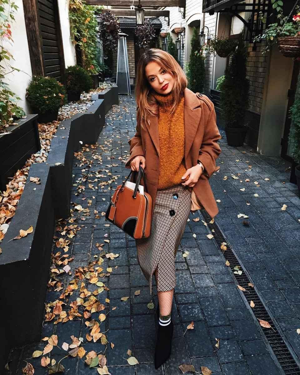С чем носить коричневую сумку фото_35