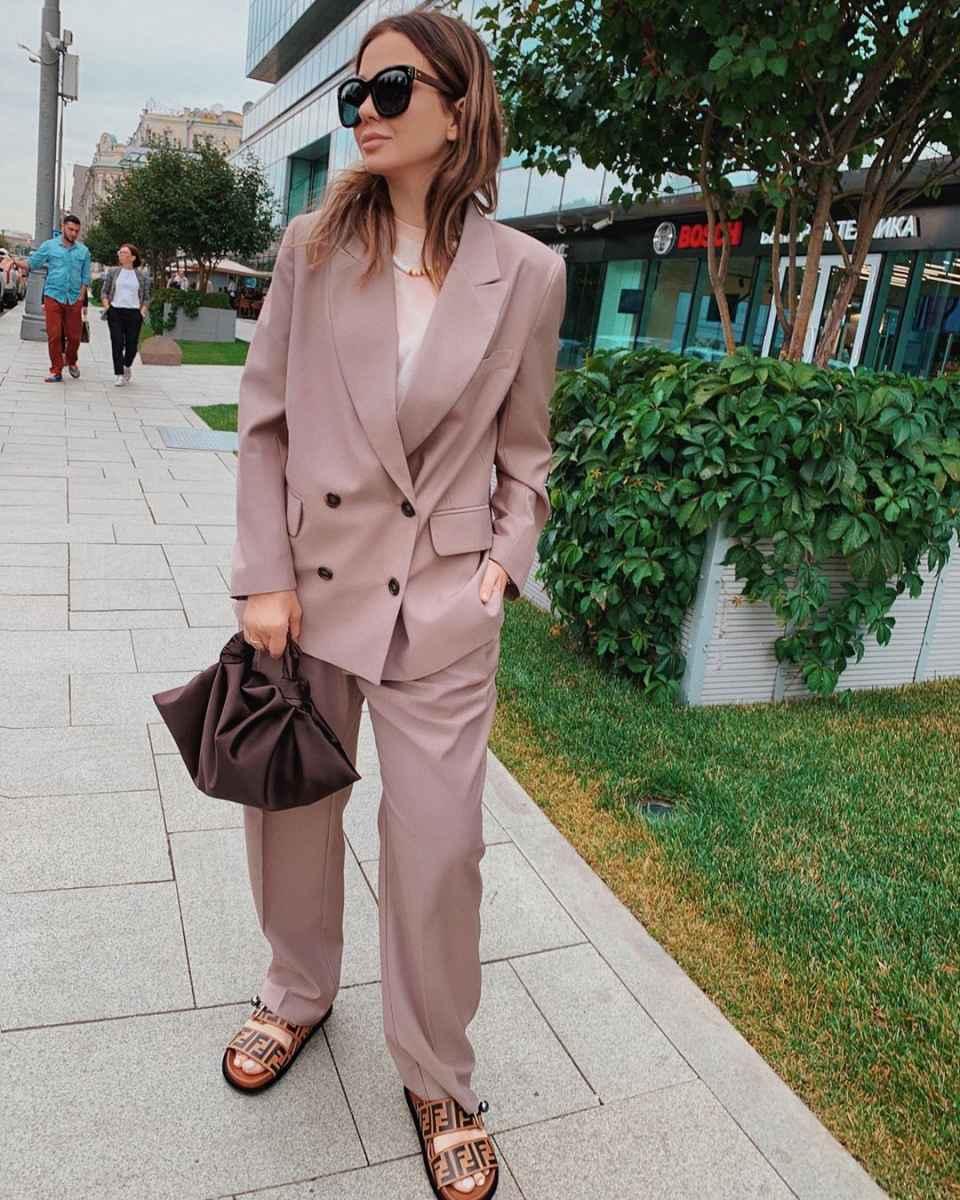 С чем носить коричневую сумку фото_20