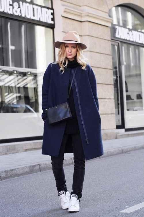 С какой шапкой носить темно-синее пальто фото_3