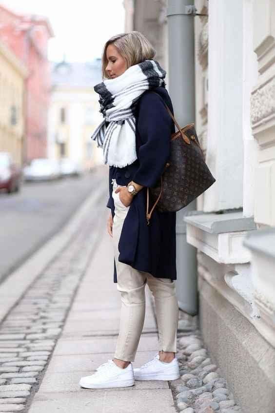 С каким шарфом носить темно-синее пальто фото_5