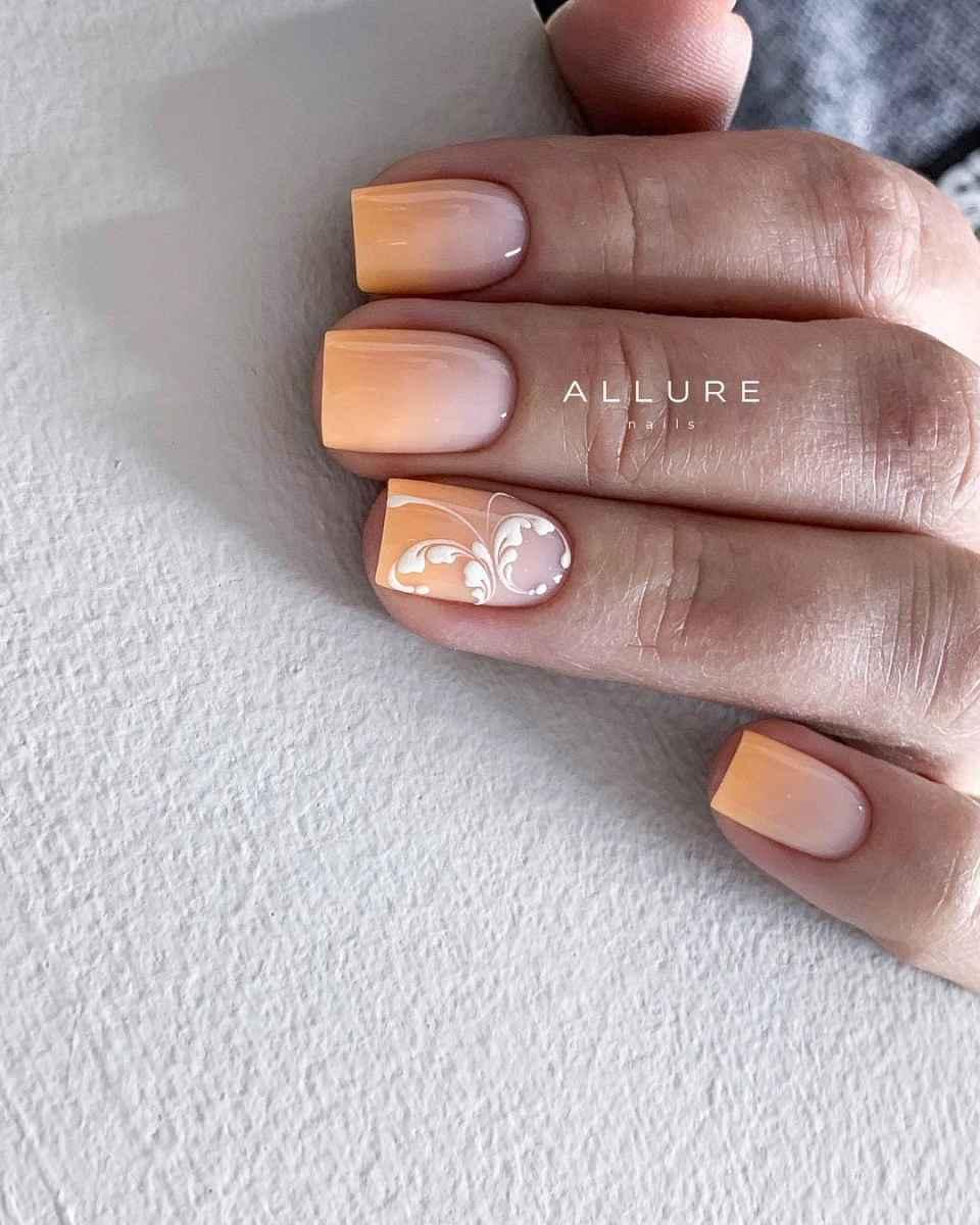 Нежный френч с рисунком на коротких ногтях фото_9