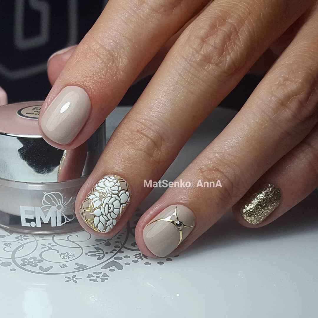Нежный френч с рисунком на коротких ногтях фото_10