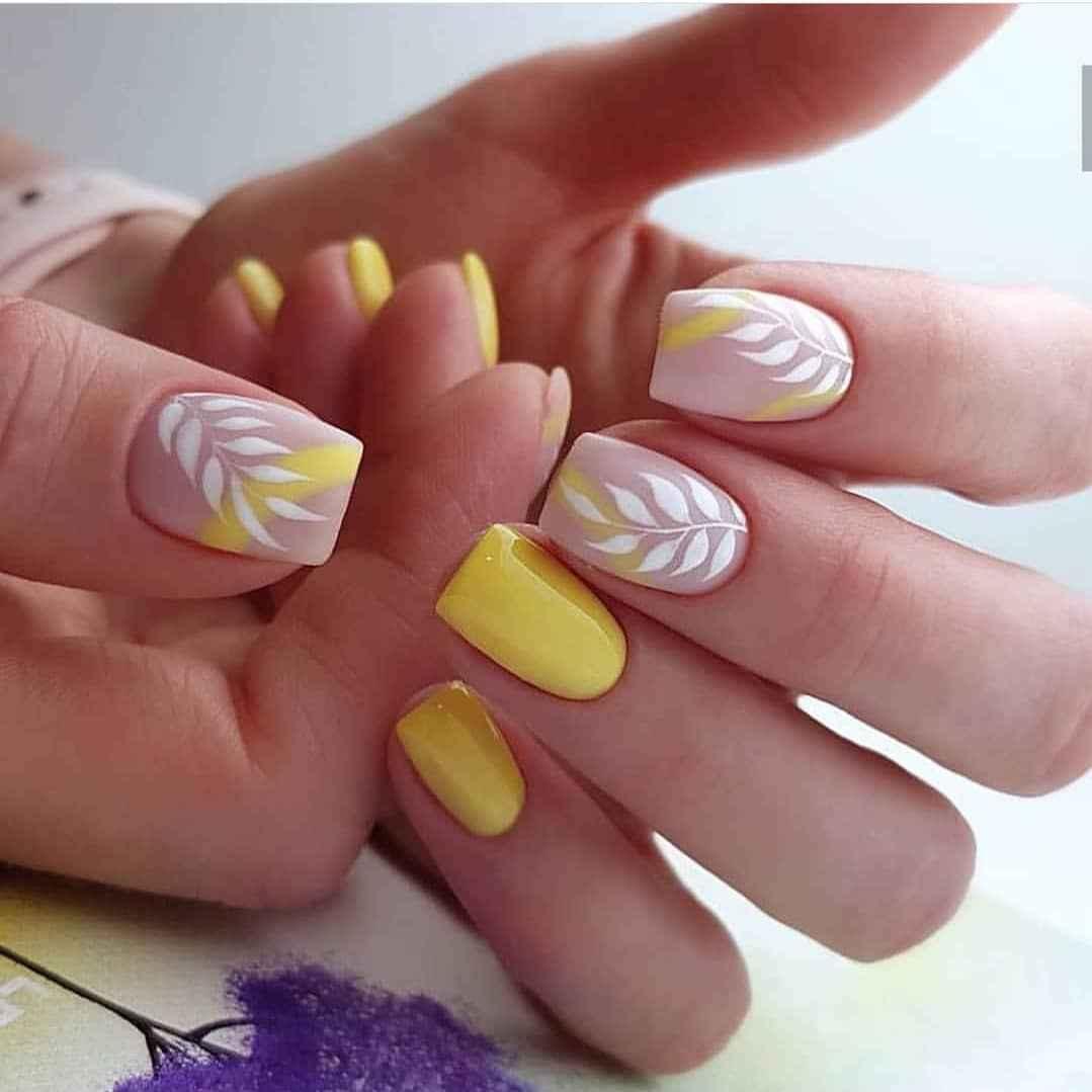 Нежный френч с рисунком на коротких ногтях фото_12