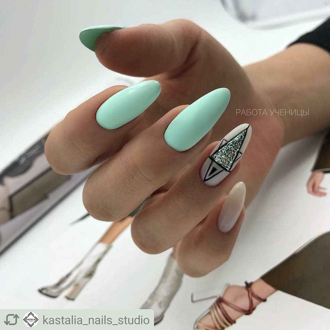 Треугольный френч на миндалевидных ногтях фото_12