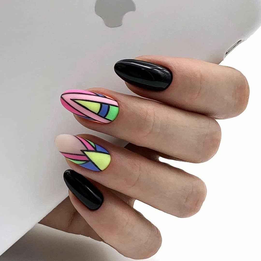 Треугольный френч на миндалевидных ногтях фото_13