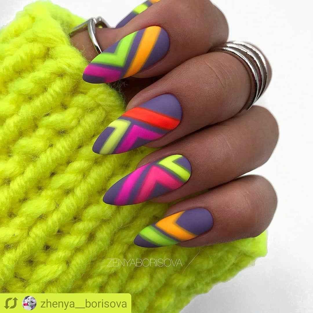 Треугольный френч на миндалевидных ногтях фото_18