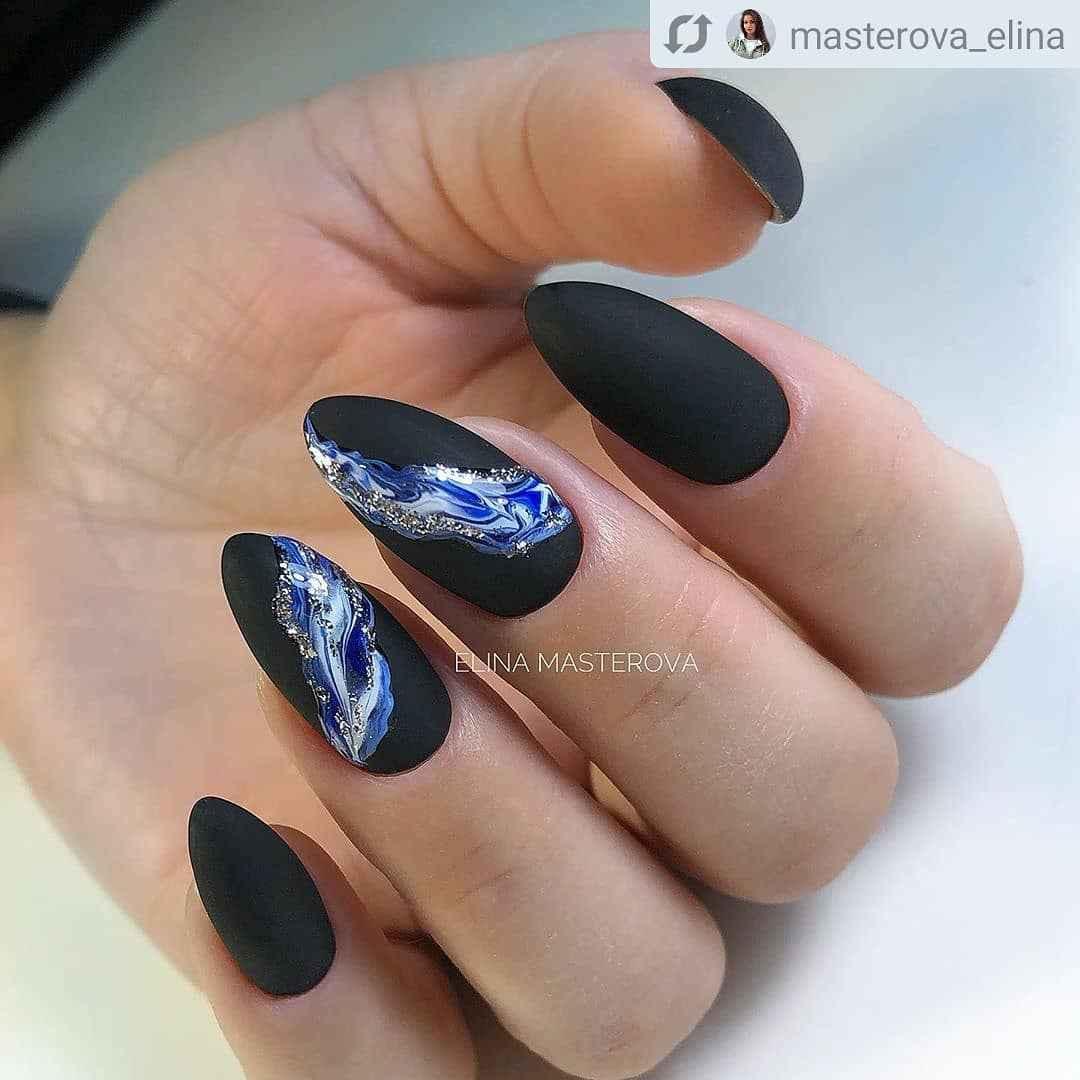 Черный матовый френч на миндалевидных ногтях фото_3