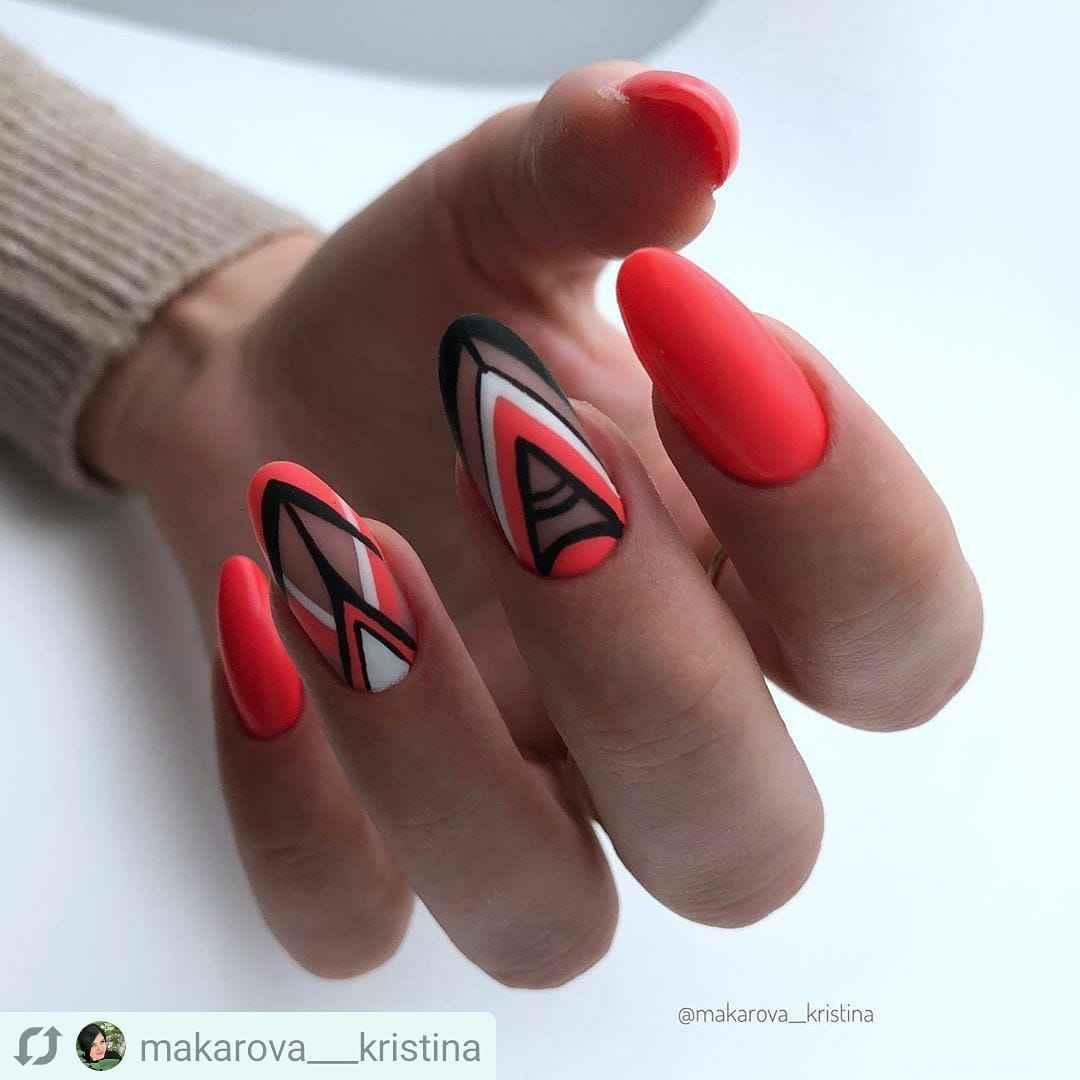 Треугольный френч на миндалевидных ногтях фото_10
