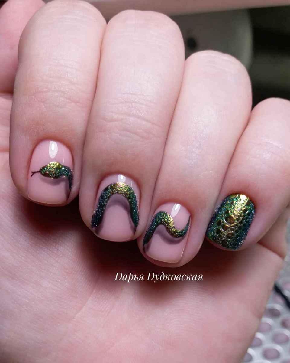 Маникюр на короткие ногти со змеей фото_8