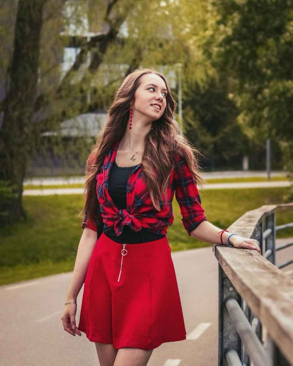 С чем носить красную рубашку фото_11
