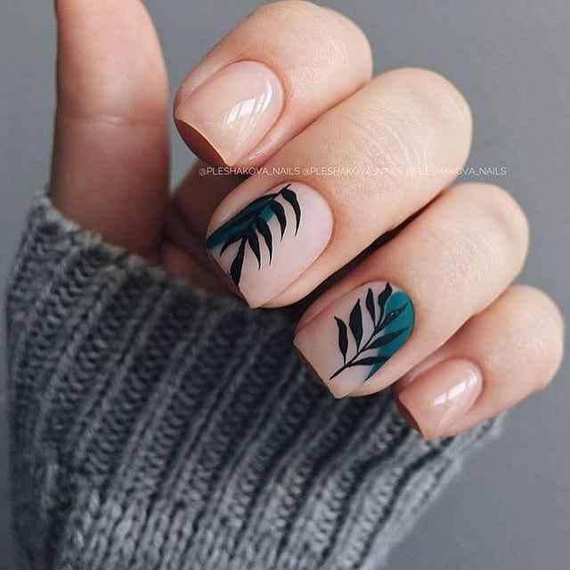 Нежный френч с рисунком на коротких ногтях фото_18