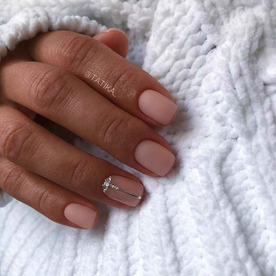 Зимний маникюр на короткие ногти фото_6