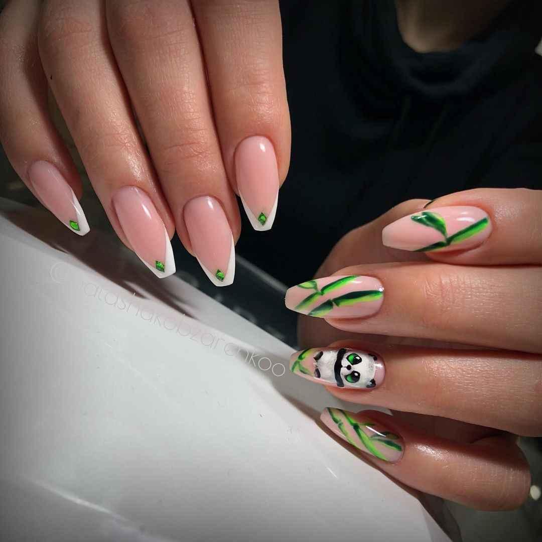 Треугольный френч на миндалевидных ногтях фото_6