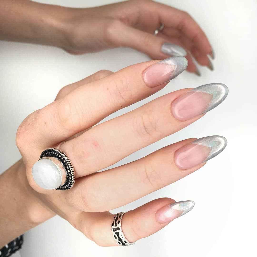 Треугольный френч на миндалевидных ногтях фото_2
