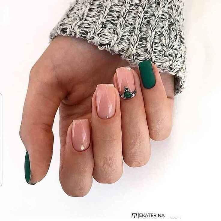 Зимний маникюр на короткие ногти фото_28