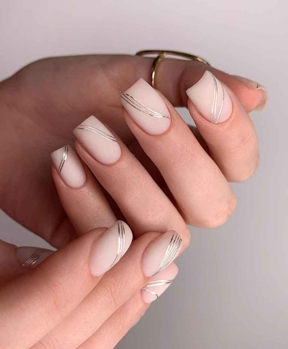 Зимний маникюр на короткие ногти фото_40
