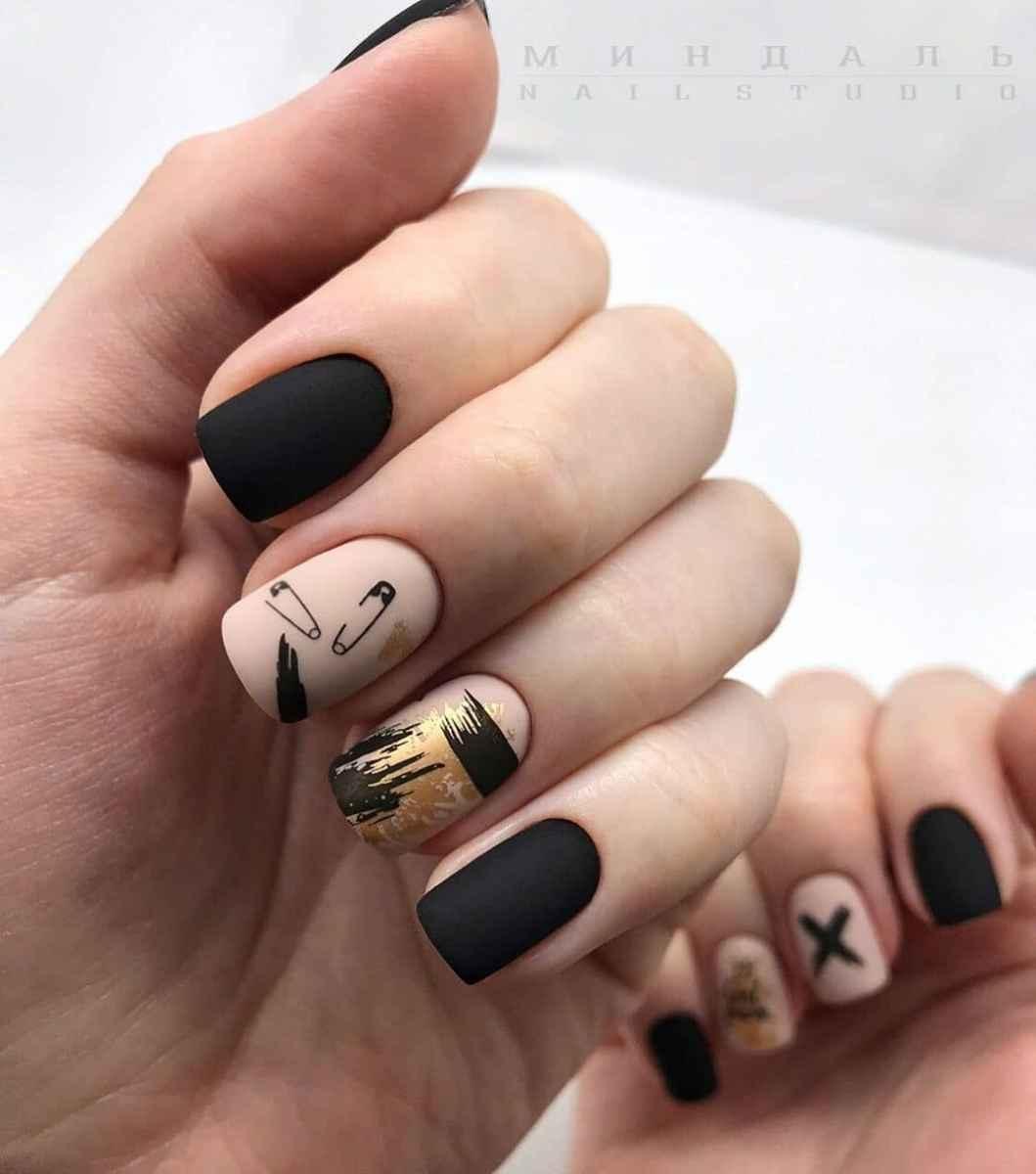 Зимний маникюр на короткие ногти фото_39
