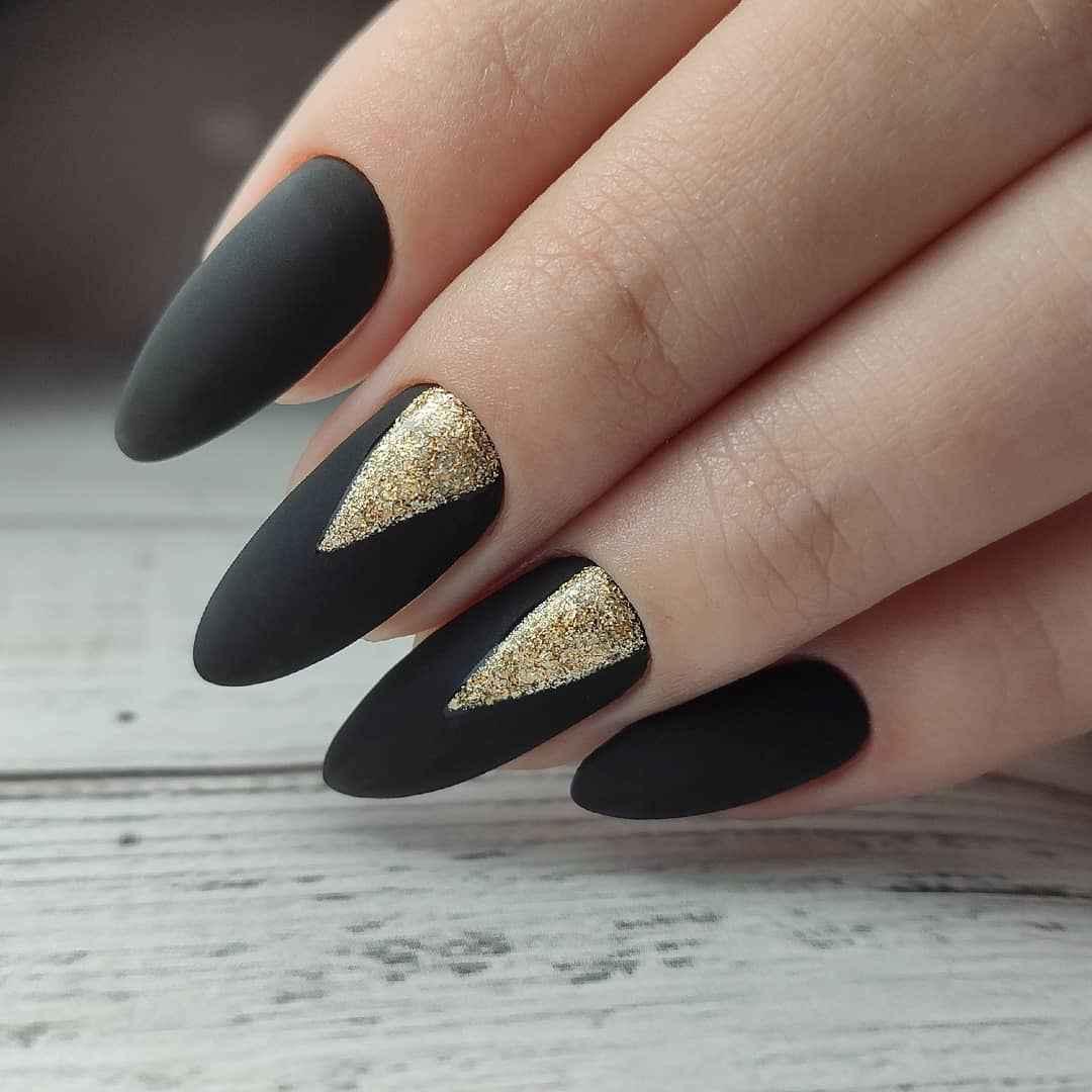 Черный матовый френч на миндалевидных ногтях фото_16