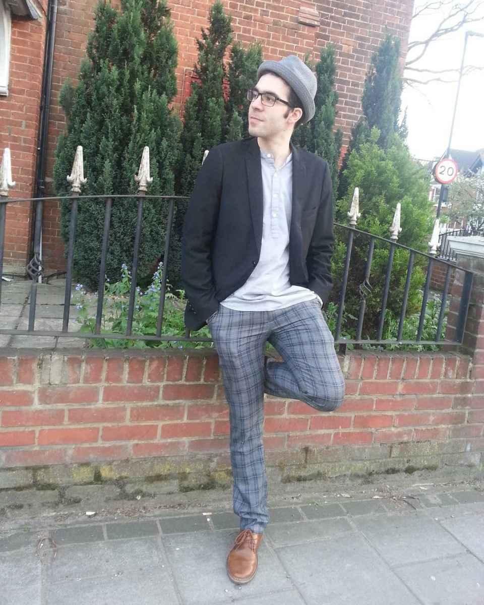 С чем носить брюки в серую клетку мужчине фото_8