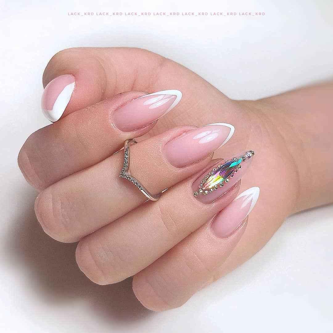 Треугольный френч на миндалевидных ногтях фото_5