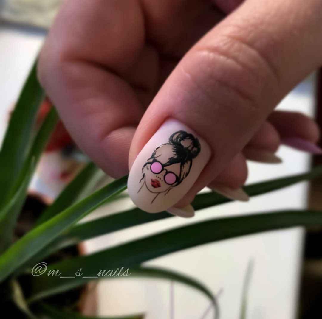 Маникюр с лицами на ногтях фото_43