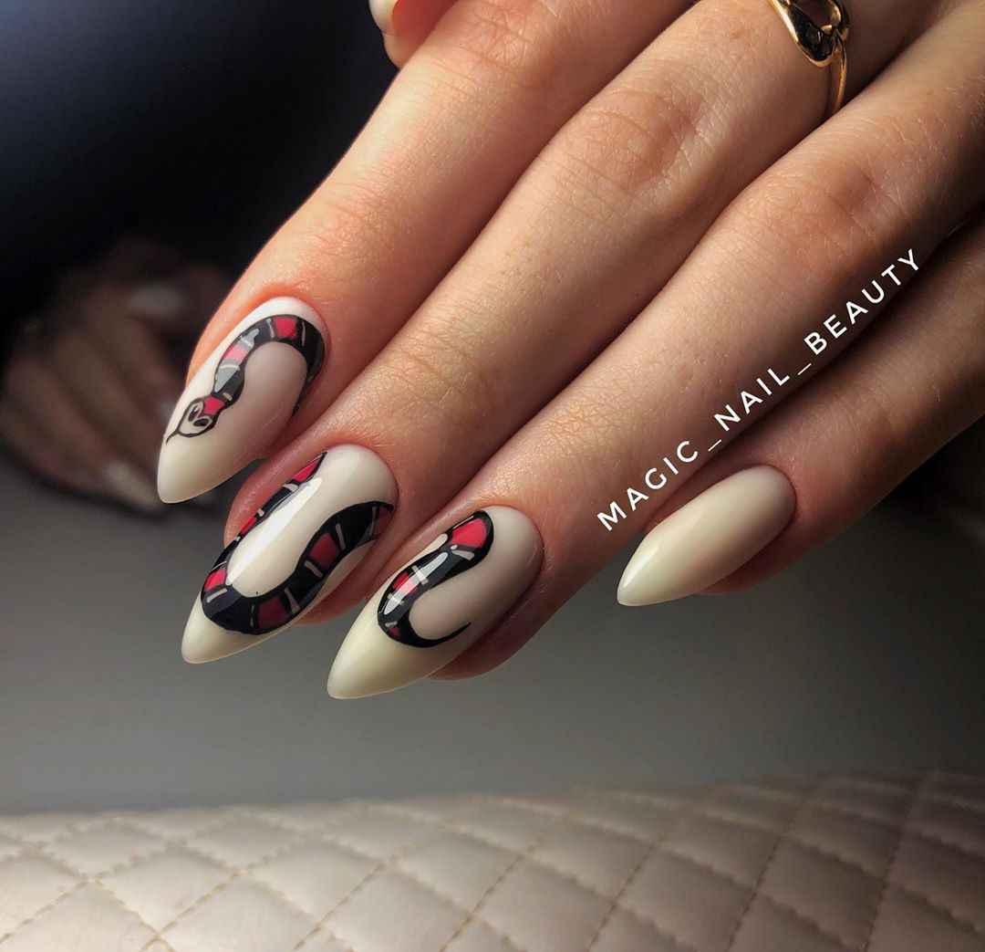 Белый маникюр со змеей фото_5
