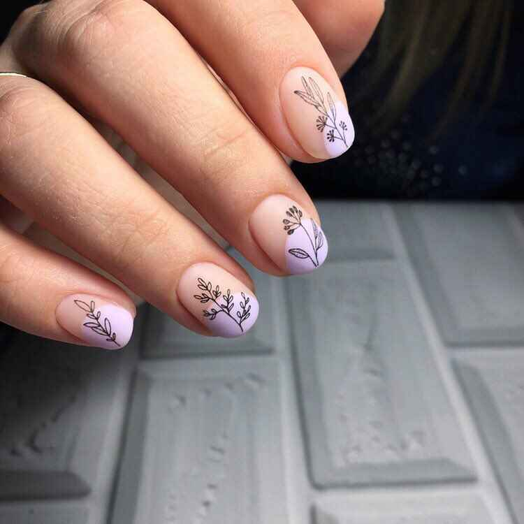 Нежный френч с рисунком на коротких ногтях фото_15