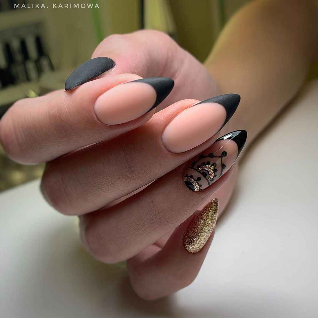 Черный матовый френч на миндалевидных ногтях фото_8