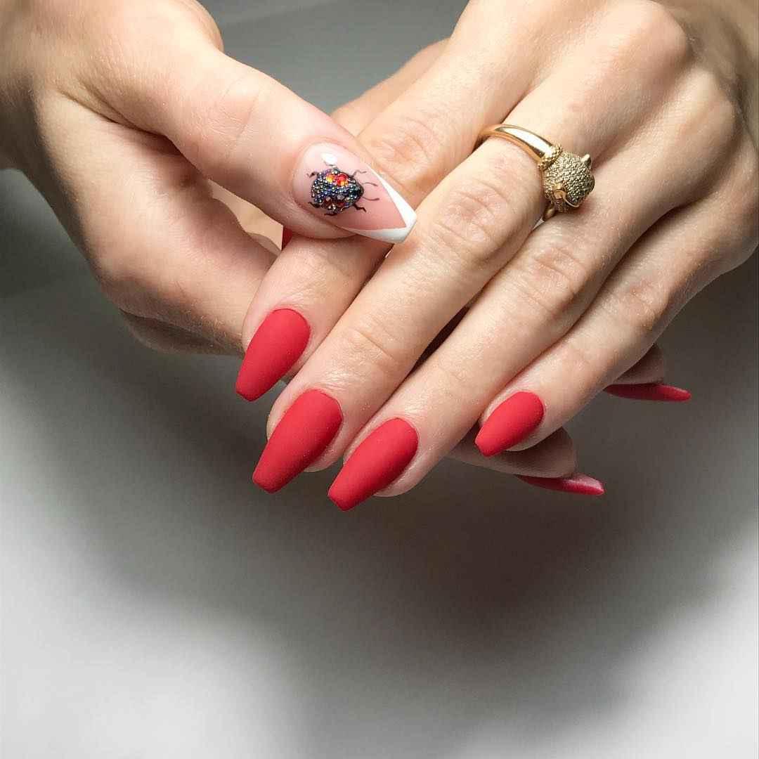 Треугольный френч на миндалевидных ногтях фото_9