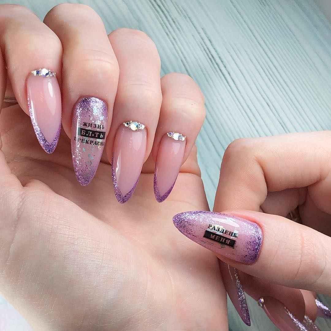 Треугольный френч на миндалевидных ногтях фото_7
