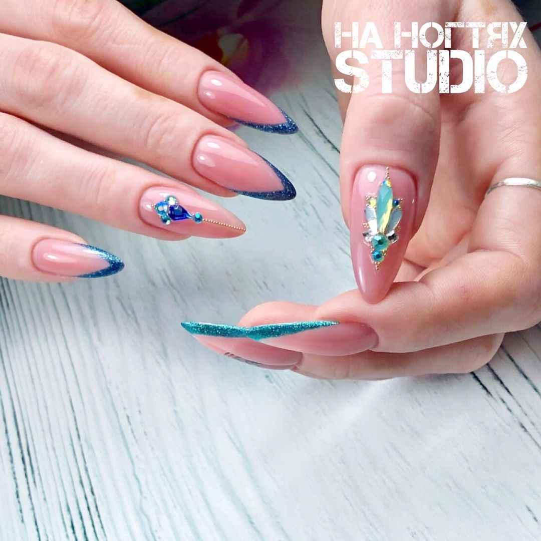 Треугольный френч на миндалевидных ногтях фото_4